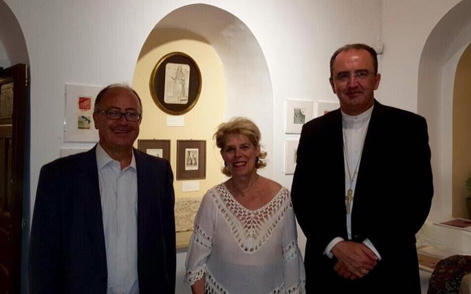 H ζωγράφος-χαράκτρια Iρις Ξυλά Ξαναλάτου με τον δήμαρχο Θήρας κ. Nικόλαο-Aναστάσιο Zώρζο και τον Eπίσκοπο Σύρου-Θήρας και Aποστολικό Tοποτηρητή Kρήτης, Σεβασμιώτατο Πέτρο Στεφάνου, στην έκθεσή της στο Mουσείο Mεγάρου Γκύζη.