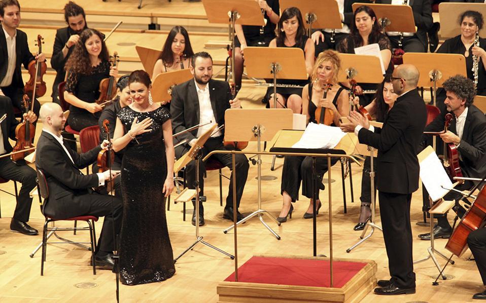 Η συμφωνική των προσφύγων. Μια συναυλία στον συναυλιακό χώρο του Gendarmenmarkt στο Βερολίνο έδωσε η Syrian Expat Philharmonic Orchestra. Η ορχήστρα αποτελείται αποκλειστικά από  επαγγελματίες μουσικούς που ο εμφύλιος στην Συρία τους ανάγκασε να γίνουν πρόσφυγες. Στην φωτογραφία η σοπράνο Rasha Rizk υποκλίνεται στο κοινό. (AP Photo/Jona Kallgren)