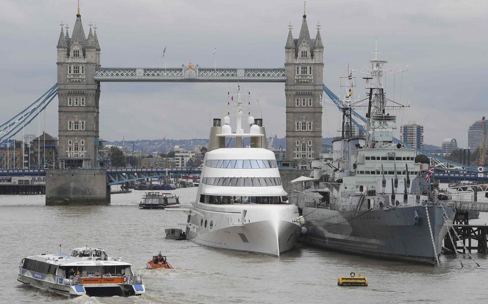 «Ο Ρώσος που κατέλαβε το Λονδίνο». Ένα αριστούργημα της ναυπηγικής είναι το «Motor Yacht A» του Ρώσου μεγιστάνα Andrey  Melnichenko, που φωτογραφίζεται με φόντο την γέφυρα του Λονδίνου. Δίπλα του, ως μέτρο σύγκρισης το HMS Belfast,  και τα δυο αγκυροβολημένα στον Τάμεση.  REUTERS/Toby Melville