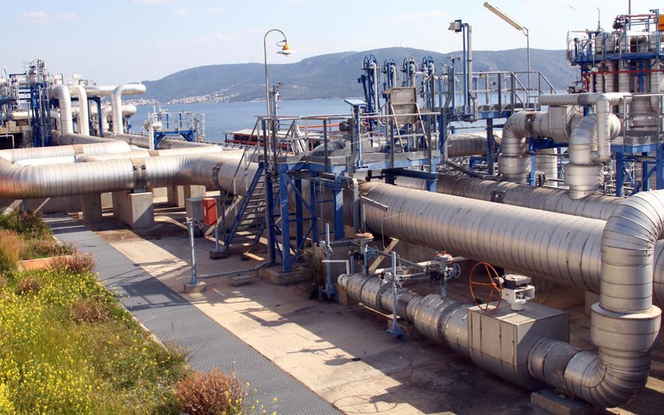 Το κρίσιμο θέμα των διαπραγματεύσεων αφορά το άνοιγμα της αγοράς φυσικού αερίου με αιχμή τη δέσμευση της χώρας για αύξηση των ποσοτήτων φυσικού αερίου που η ΔΕΠΑ παραχωρεί σε τρίτους μέσω δημοπρασιών, προκειμένου να ενισχυθεί ο ανταγωνισμός στη χονδρική αγορά.