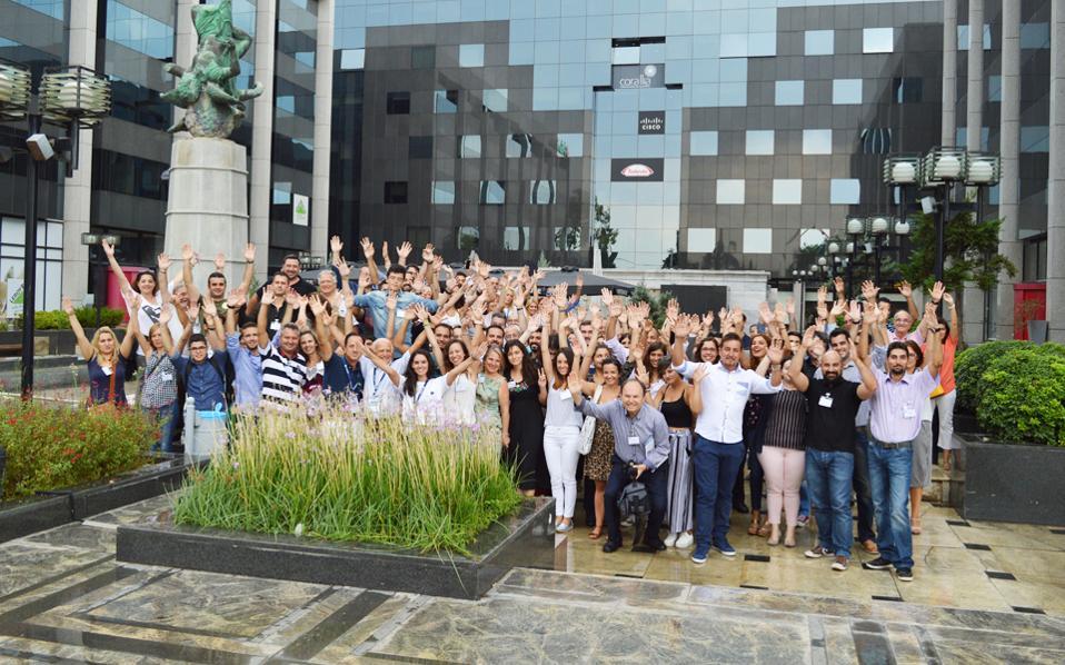 Εκατό Ελληνες, μαθητές λυκείου, φοιτητές, δημόσιοι υπάλληλοι, εκπαιδευτικοί, επιχειρηματίες, συνταξιούχοι, συζήτησαν στην Αθήνα, το περασμένο Σάββατο, για το μέλλον των διαστημικών τεχνολογιών και αποστολών του Ευρωπαϊκού Οργανισμού Διαστήματος. Η πρώτη συζήτηση για το Διάστημα, που πραγματοποιήθηκε ταυτόχρονα και στις 22 χώρες–μέλη του ΕΟΔ, βρήκε πολύ μεγάλη ανταπόκριση στη χώρα μας.