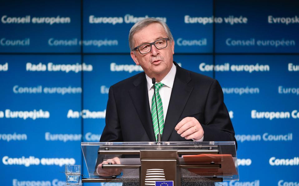 Την περασμένη Παρασκευή, η Ευρωπαϊκή Επιτροπή εξέδωσε ανακοίνωση στην οποία αναφέρει ότι ο πρόεδρος Ζαν-Κλοντ Γιούνκερ έδωσε εντολή στις υπηρεσίες να αποσύρουν το σχετικό σχέδιο μέτρων που προέβλεπε την κατάργηση των τελών περιαγωγής και να καταρτίσουν μια νέα πρόταση.