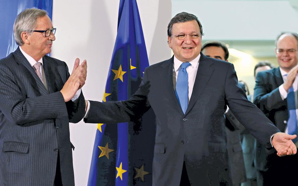 Ο απερχόμενος πρόεδρος της Κομισιόν Ζοζέ Μανουέλ Μπαρόζο (δεξιά) και ο διάδοχός του Ζαν-Κλοντ Γιούνκερ, κατά την τελετή παραλαβής τον Οκτώβριο του 2014.