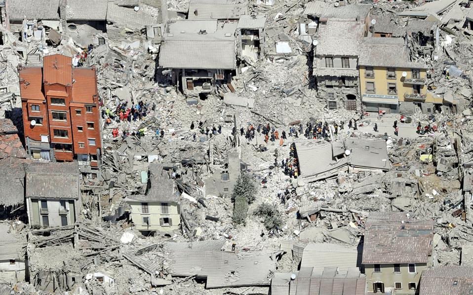 Aπόκοσμο τοπίο η Αματρίτσε μετά τον φονικό σεισμό. Οι τοπικές αρχές αποκάλεσαν τα σκίτσα του γαλλικού περιοδικού «μία μακάβρια, παράδοξη και άνευ νοήματος ύβρι κατά των θυμάτων».