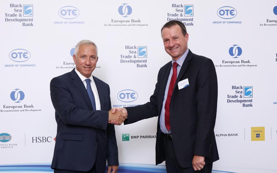 O πρόεδρος και διευθύνων σύμβουλος του ομίλου ΟΤΕ Μιχάλης Τσαμάζ (αριστερά) και ο Ζαν Μαρκ Πέτερσμιτ, διευθύνων σύμβουλος της EBRD (δεξιά), κατά τη διάρκεια της υπογραφής της σύμβασης.
