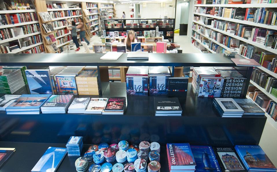 Το τελευταίο βιβλιοπωλείο του ιστορικού οίκου «Ελευθερουδάκης», στην οδό Πανεπιστημίου, κλείνει οριστικά στις 30 Σεπτεμβρίου. Θα είναι η πρώτη φορά από το 1898 που δεν θα υπάρχει βιβλιοπωλείο «Ελευθερουδάκης» στην Αθήνα. Ωστόσο, η εταιρεία συνεχίζει, έστω και χωρίς χώρο λιανικού εμπορίου, αναμένοντας την αλλαγή του επενδυτικού κλίματος ούτως ώστε να επανεμφανιστεί με νέα επιχειρηματικά σχέδια. Από σήμερα και έως τις 26 Σεπτεμβρίου, θα λειτουργεί μπαζάρ βιβλίου στον χώρο του βιβλιοπωλείου στην Πανεπιστημίου 15.