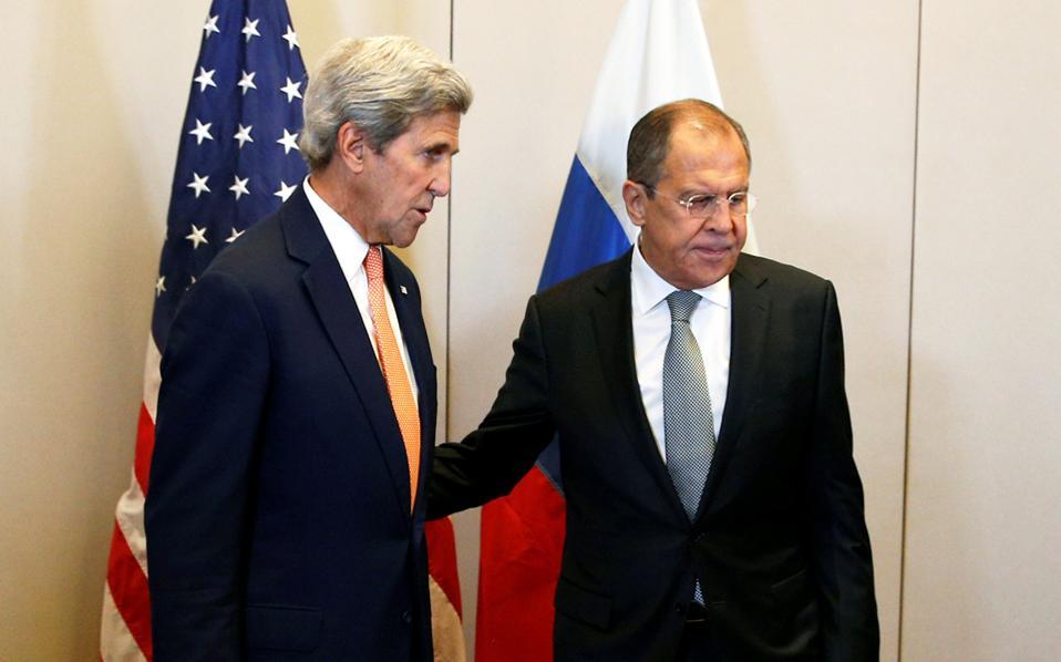 Κέρι (δεξιά) και Λαβρόφ στη συνάντηση της Γενεύης.