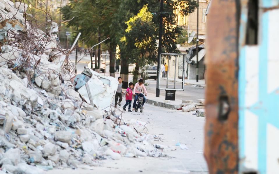 Τα όπλα σίγησαν και τα παιδιά είχαν μια ευκαιρία να ξεχυθούν στους δρόμους της συνοικίας Μπαμπ αλ Χαντίντ, στο ανατολικό Χαλέπι, όπου τα χαλάσματα μιλούν από μόνα τους για την αγριότητα του εμφυλίου πολέμου.