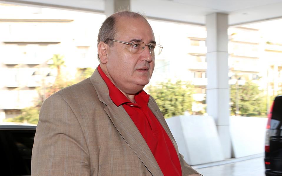 Ο υπουργός Παιδείας Ν. Φίλης προσερχόμενος στη χθεσινή συνάντηση με τους επικεφαλής της τρόικας.