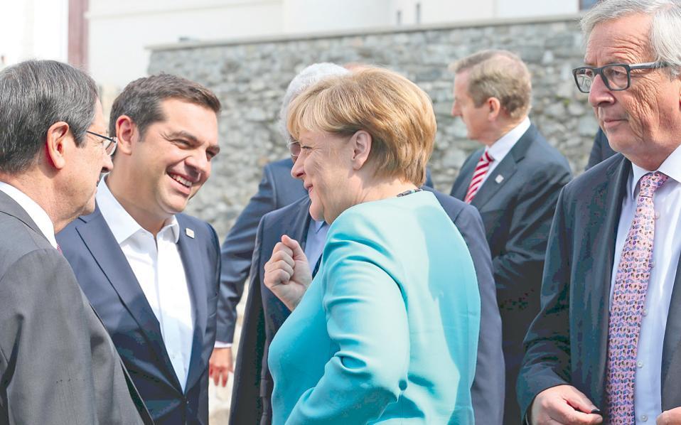 Ο Αλέξης Τσίπρας συνομιλεί με την Αγκελα Μέρκελ, δίπλα στον Ζαν-Κλοντ Γιούνκερ, στην άτυπη Σύνοδο των ηγετών της Ε.Ε., χθες στην Μπρατισλάβα.