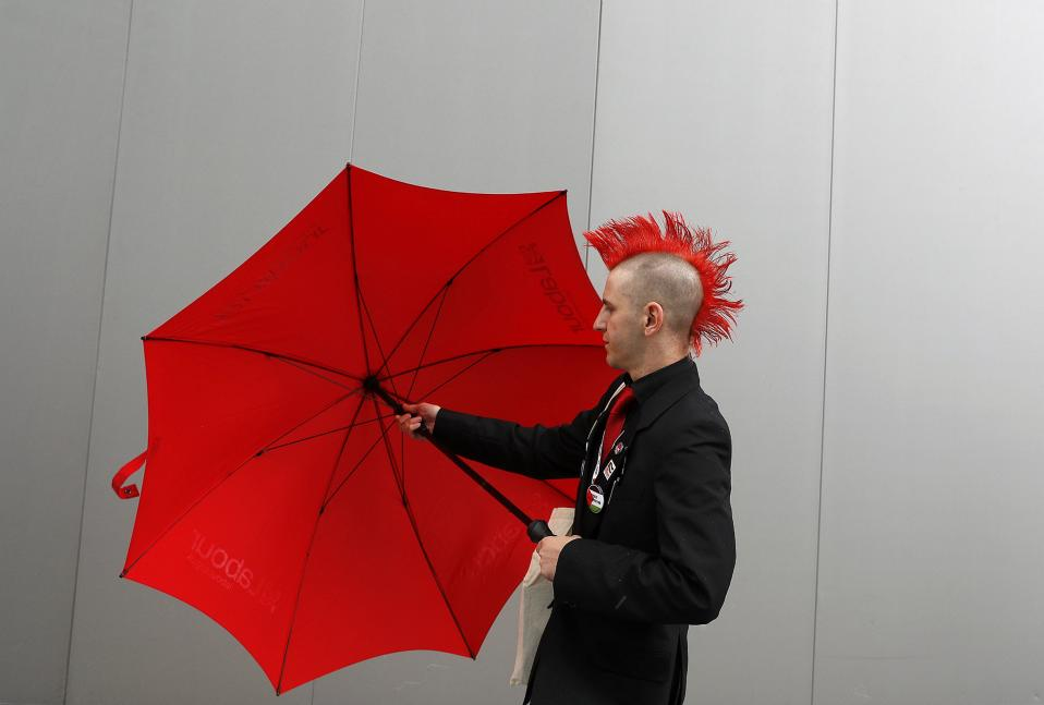 Βρετανός αριστερός. Στο συνέδριο των Εργατικών στο Λίβερπουλ προσέρχεται για να συμμετάσχει ο κύριος της φωτογραφίας. REUTERS/Darren Staples