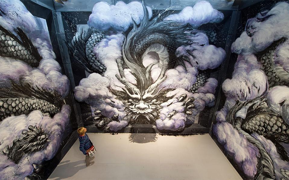 Επιτέλους μέσα. Στην τέχνη του δρόμου, τα τεράστια έργα τέχνης που γίνονται σε πλάγιες ή όχι όψεις κτιρίων, είναι αφιερωμένη η έκθεση «Magic City - The Art of the Street» στην Δρέσδη και θα διαρκέσει μέχρι τις 8 Ιανουαρίου του 2017. Στην φωτογραφία  το έργο του Κινέζου  Qi Xinghua. EPA/SEBASTIAN KAHNERT