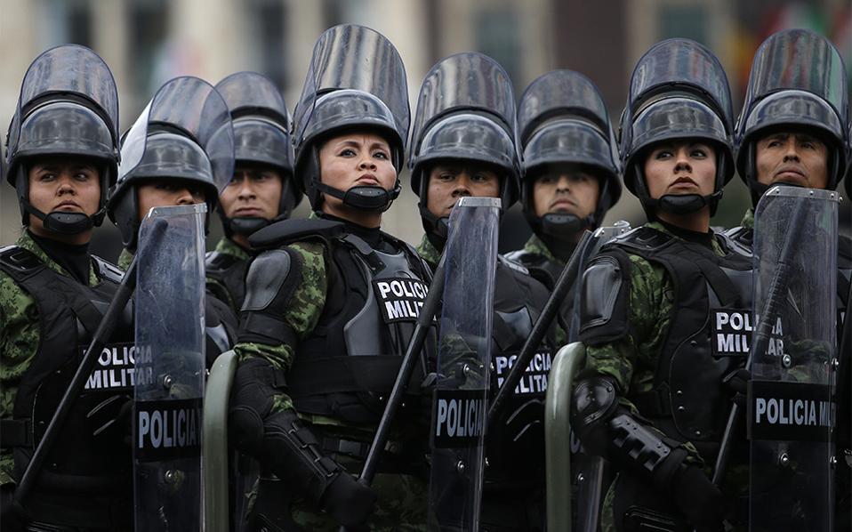 Κυρίες. Με το κεφάλι ψηλά και βλέμμα αποφασιστικό, γυναίκες των ειδικών δυνάμεων της Αστυνομίας, κάθονται μπροστά από τους άνδρες συναδέλφους τους στην διάρκεια περιφρούρησης του Προεδρικού Μεγάρου του Μεξικού. AP Photo/Rebecca Blackwell