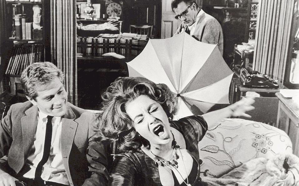 Η Ελίζαμπεθ Τέιλορ, ο Ρίτσαρντ Μπάρτον (πίσω) και ο Τζορτζ Σίγκαλ στην ταινία «Ποιος φοβάται τη Βιρτζίνια Γουλφ;».
