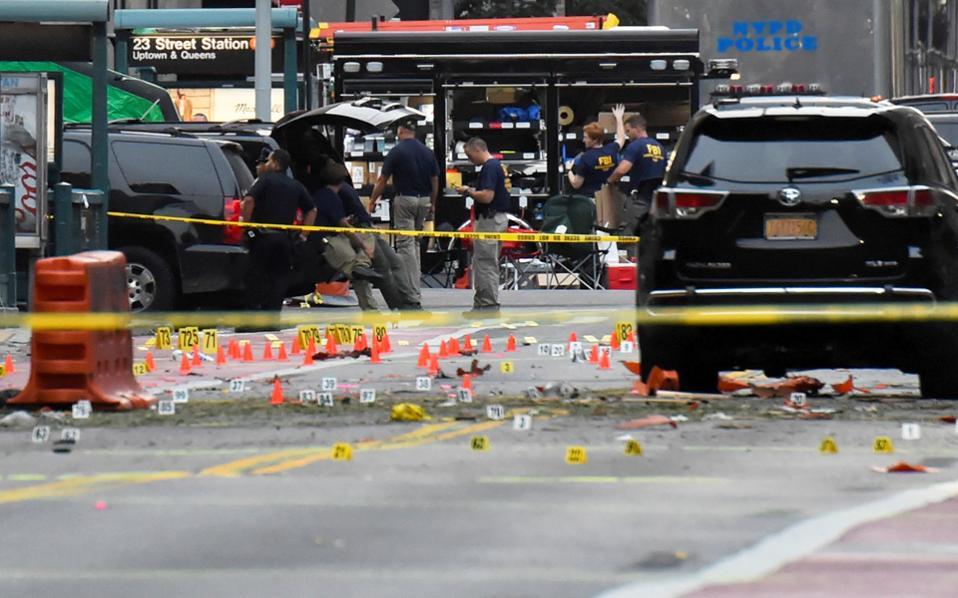 Συνελήφθη ύστερα από ανταλλαγή πυρών με αστυνομικούς στο Λίντεν του Νιου Τζέρσεϊ ο 28χρονος, αφγανικής καταγωγής Αμερικανός που θεωρείται ύποπτος για τη βομβιστική επίθεση του Σαββάτου στη Νέα Υόρκη. Στη φωτογραφία, αστυνομικοί έχουν αποκλείσει τον χώρο της επίθεσης.