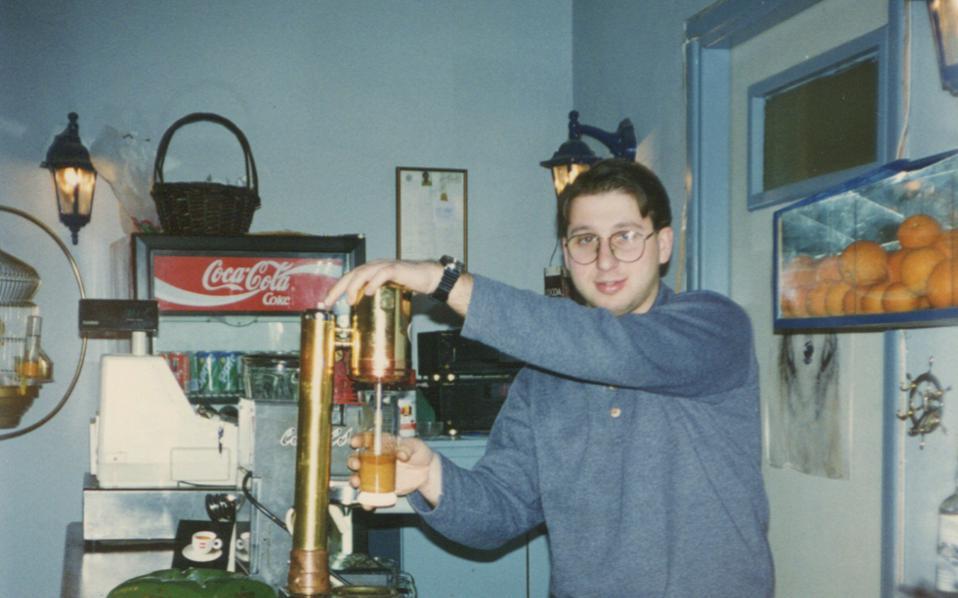 Οι πρώτες ημέρες του μπαρ (που πουλούσε και χοτ ντογκ) στο ισόγειο του «Σταυρού του Νότου».