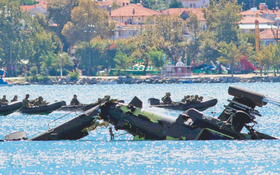 Ελικόπτερο τύπου «Απάτσι» της Αεροπορίας Στρατού κατέπεσε χθες, στις 9 το πρωί, λίγα μέτρα από την παραλία Βρασνών στον Στρυμονικό Κόλπο, στο πλαίσιο της στρατιωτικής άσκησης «ΣΑΡΙΣΑ 2016». Οι δύο χειριστές του ελικοπτέρου είναι σώοι και απεγκλωβίστηκαν από πεζοναύτες που συμμετείχαν στην άσκηση. Τα αίτια του ατυχήματος ερευνώνται από το ΓΕΣ.