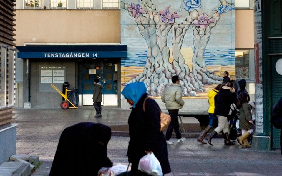 Οι δαπάνες για την ολοκλήρωση μεταρρυθμίσεων για το μεταναστευτικό θα φθάσουν τα 3,76 δισ. ευρώ μέχρι το 2020. Στη φωτογραφία διακρίνουμε πρόσφυγες στο προάστιο Ρίνκμπι της Στοκχόλμης.