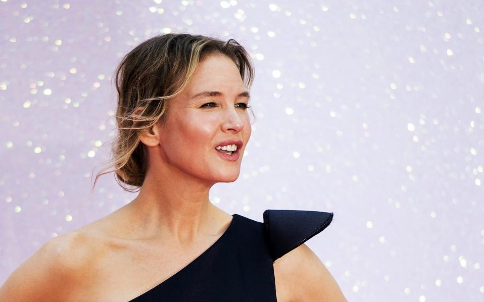Αμάν πια! Πολύ πριν ανακοινωθεί ότι θα υπάρξει μια συνέχεια της  ταινίας «Bridget Jones,» άπαντες  άρχισαν να ασχολούνται με την εμφάνιση της πρωταγωνίστριας. Site εμφάνιζαν το πριν και το μετά  ή πιο σωστά,  το τότε και το τώρα, της Renee Zellweger, καλώντας την να δώσει απαντήσεις για το αν έκανε πλαστικές και πόσες. Την αλήθεια γνωρίζει μόνο η ίδια, οι φωτογραφίες από την επίσημη πρεμιέρα της ταινίας «Bridget Jones's Baby» που έγινε στο Λονδίνο, δείχνουν μια γυναίκα με λαμπερό  πρόσωπο. Αν τώρα έκανε πλαστικές, είναι  απόλυτα φυσικό στον χώρο που κινείται και υμνεί την αψεγάδιαστη ομορφιά, αν αυτές δεν ήταν επιτυχημένες και πάλι είναι κατανοητό. Όπως και να έχει, στο κόκκινο χαλί  βρέθηκε  μια χαμογελαστή και  πανέμορφη γυναίκα που προώθησε την ταινία της σαν σωστή επαγγελματίας και σίγουρα ελπίζει και για πολλές ακόμα επιτυχίες. EPA/WILL OLIVER