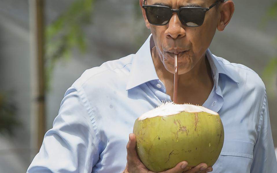 Cool. Τι και αν του έσυρε αυτά που δεν λέγονται ο Πρόεδρος των Φιλιππίνων, τι και αν κάποιοι περίμεναν μια πιο δυναμική απάντηση στην προσβολή; Εκείνος έκανε μια ακόμη πρωτιά και έγινε ο πρώτος Αμερικανός Πρόεδρος εν ενεργεία που επισκέφθηκε το Λάος. Μάλιστα ξαφνιάζοντας τους πάντες, ο Barack Obama  έκανε και μια στάση για χυμό από φρέσκια καρύδα παρασύροντας όλη την αποστολή του στην γεύση της.  / AFP / SAUL LOEB