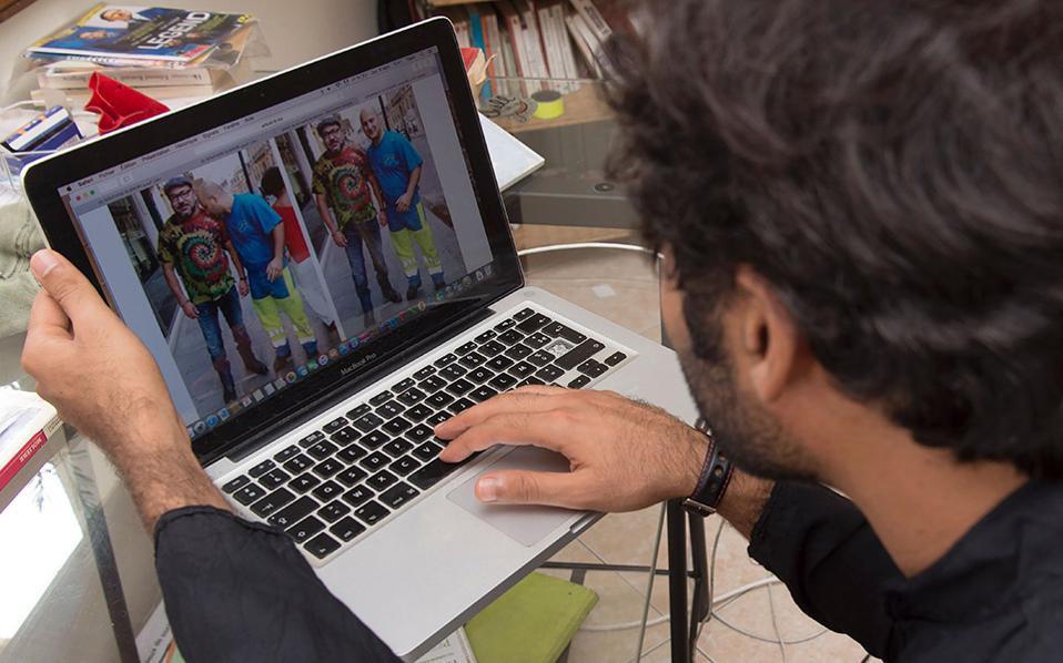 Ποιος είναι αυτός; Το γύρο του διαδικτύου κάνουν οι φωτογραφίες του Βασιλιά του Μαρόκου από την βόλτα του στην γαλλική πρωτεύουσα. Ο Βασιλιάς Mohammed VI έγινε αντιληπτός από έναν υπήκοό του και οι φωτογραφίες του μαζί του έγινα viral, τόσο για το ψυχεδελικό μπλουζάκι όσο και για την τραγιάσκα και το στενό τζίν, εικόνα πολύ μακριά από την λευκή κελεμπία που είναι το επίσημό του ένδυμα.  AFP / FADEL SENNA
