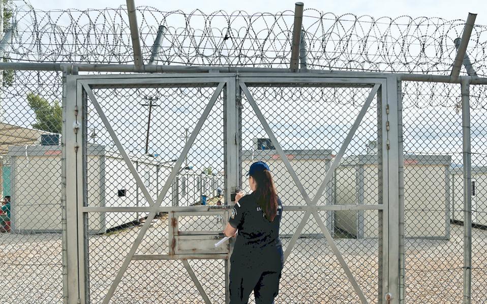 Ο ειδικός χώρος που δημιουργήθηκε στο κέντρο κράτησης της Αμυγδαλέζας προορίζεται για τη φιλοξενία οικογενειών μεταναστών που συμφώνησαν στην εθελούσια επιστροφή στη χώρα τους. Ο χώρος, τον οποίο επισκέφθηκε χθες η ηγεσία του υπουργείου Προστασίας του Πολίτη, υπολογίζεται ότι σε καθημερινή βάση θα φιλοξενεί περίπου 40 με 50 αλλοδαπούς. Γειτνιάζει με το υφιστάμενο κέντρο κράτησης μεταναστών, όπου, παρά τις κυβερνητικές εξαγγελίες, εξακολουθούν να βρίσκονται σήμερα πάνω από 300 παράτυποι μετανάστες.