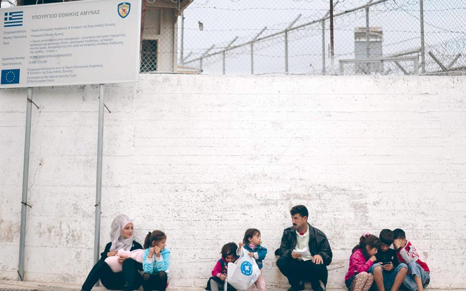 Αναπάντητο παραμένει το ερώτημα πού βρίσκονται οι πρόσφυγες που αναφέρονται επισήμως ως «εκτός δομών».