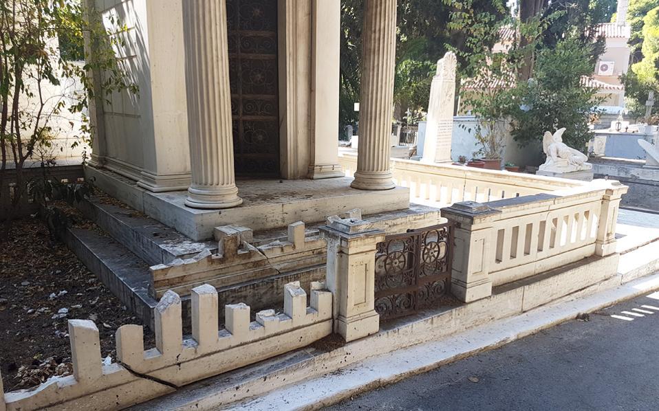 Βάζα, διακοσμητικά κάγκελα και αλυσίδες τάφων της περιόδου 1840-1930 από σίδερο και μπρούντζο έχουν αφαιρεθεί με βίαιο τρόπο. Αυτή είναι η εικόνα που εμφανίζει σε πολλά σημεία του το Α΄ Νεκροταφείο της Αθήνας. Ενδεικτικά, με σκοπό να αφαιρεθούν κιγκλιδώματα, οι κλέφτες έσπασαν τα μάρμαρα, ενώ άλλοι τάφοι μοιάζουν με σκουπιδότοπους, την ίδια στιγμή που τα μονοπάτια δείχνουν αφημένα στην τύχη τους. Και όλα αυτά, παρότι η επιβλητική παρουσία του Α΄ Νεκροταφείου, με τα εμβληματικά έργα τέχνης, δεν εξαντλείται στην ανάμνηση όσων έχουν φύγει, αλλά λειτουργεί και ως σημείο πολιτισμικής αναφοράς.