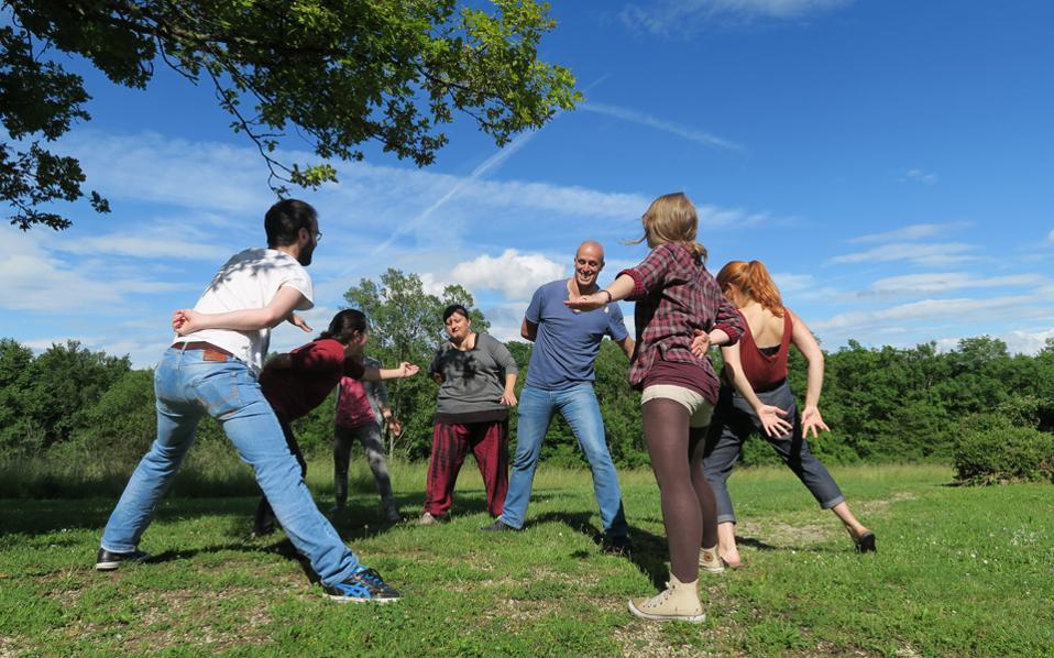 Στιγμές παιχνιδιού που εντάσσονται στο πλαίσιο του προγράμματος γλωσσομάθειας της Κίνησης Εθελοντών SCI Ελλάς.