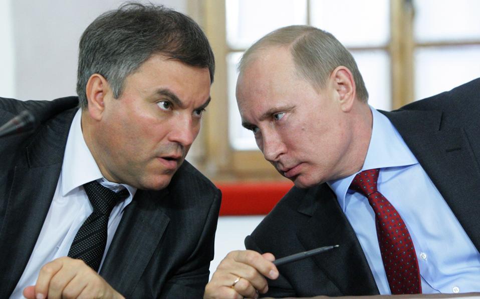 Ο Βλαντιμίρ Πούτιν συνομιλεί με τον Βιατσεσλάβ Βολοντίν, στη διάρκεια εκδήλωσης που πραγματοποιήθηκε στην πόλη Πσκοφ, το 2011.