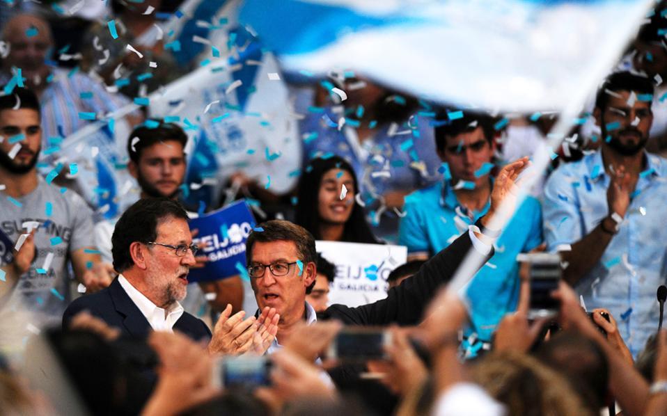 Ο Αλμπέρτο Νουνέζ Φέιζου (δεξιά), υποψήφιος του Λαϊκού Κόμματος στη Γαλικία, με τον Μαριάνο Ραχόι.