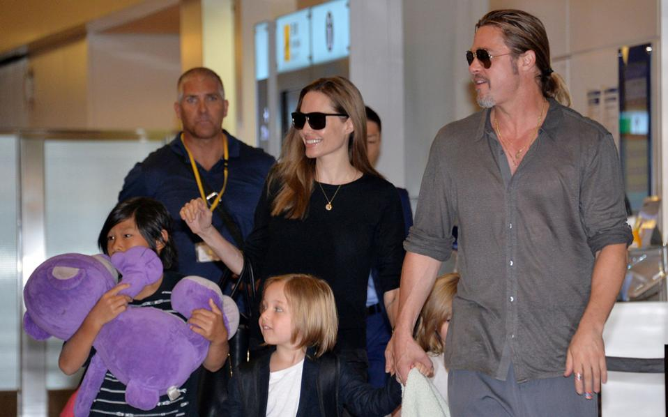 Αντζελίνα Τζολί και Μπραντ Πιτ φθάνουν με τα παιδιά τους στο αεροδρόμιο Χανέντα του Τόκιο τον Ιούλιο του 2013.