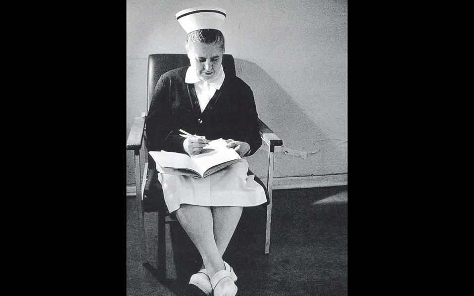 Oι αδελφές νοσοκόμες ήταν οι φίλες επισκέπτριες. Tις φωτογράφισε και άφησε σε στίχους το «ευχαριστώ».