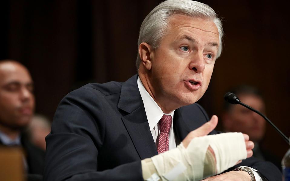 Το διοικητικό συμβούλιο της Wells Fargo απαγόρευσε στον διευθύνοντα σύμβουλό της Τζον Σταμπφ να λάβει τα 41 εκατ. δολάρια που προβλέπονται στο πακέτο αποδοχών του, όσο διεξάγονται έρευνες για τις πρακτικές αθέμιτων πωλήσεων της αμερικανικής τράπεζας.
