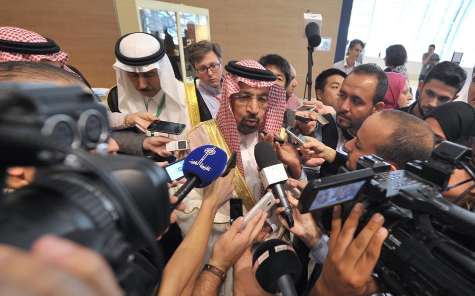 Σε συμφωνία για μείωση της παραγωγής πετρελαίου κατέληξαν χθες το βράδυ τα κράτη-μέλη του ΟΠΕΚ. Μιλώντας στους δημοσιογράφους, ο υπουργός Πετρελαίου της Σαουδικής Αραβίας Χαλίντ αλ Φατίχ δήλωσε πως θα καθοριστούν συγκεκριμένα όρια παραγωγής για κάθε χώρα στην επίσημη σύνοδο του Οργανισμού τον Νοέμβριο, οπότε και θα γίνει προσπάθεια ώστε να επιτευχθεί συμφωνία για μείωση της παραγωγής και από μη μέλη του ΟΠΕΚ. Οι τιμές του πετρελαίου σημείωναν έντονη άνοδο χθες βράδυ, μόλις έγινε γνωστή η επίτευξη συμφωνίας για την οποία δεν υπήρχαν ιδιαίτερες προσδοκίες τις προηγούμενες ημέρες, εξαιτίας των διαφορών μεταξύ Σαουδικής Αραβίας και Ιράν.