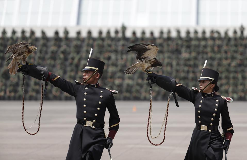 Ανοίγοντας φτερά. Με τους αετούς τους ψηλά οι απόφοιτοι της Στρατιωτικής Ακαδημίας του Μεξικού δείχνουν τις ικανότητές τους. Η τελετή αποφοίτησής τους έγινε λίγο πριν από την Ημέρα Ανεξαρτησίας της χώρας και παρευρέθη ο Πρόεδρος Enrique Pena Nieto. (AP Photo/Rebecca Blackwell)