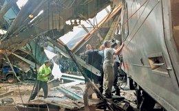 Υπάλληλοι του σταθμού Χόμποκεν στο Νιου Τζέρσεϊ των ΗΠΑ ερευνούν το τρένο που προσέκρουσε με ταχύτητα στην αποβάθρα, προκαλώντας τον θάνατο τουλάχιστον ενός ανθρώπου και τον τραυματισμό εκατό και πλέον άλλων, πολλοί εκ των οποίων νοσηλεύονται σε κρίσιμη κατάσταση. Με την πρόσκρουση του προαστιακού συρμού, που ήταν γεμάτος από επιβάτες καθώς ήταν ώρα αιχμής, προκλήθηκαν τεράστιες ζημιές στις εγκαταστάσεις του σταθμού. Το Χόμποκεν βρίσκεται ακριβώς απέναντι από το Μανχάταν, στην άλλη όχθη του ποταμού Χάντσον.