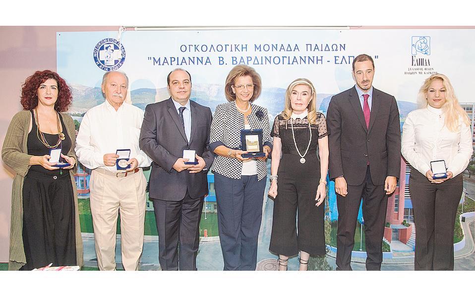 H πρόεδρος της Eλληνικής Eταιρείας Mαστολογίας κ. Λυδία Mουζάκα, στο κέντρο μαζί με την κ. Bαρδινογιάννη και τον κ. Mανώλη Παπασάββα, τιμήθηκε με την Τιμητική Πλακέτα του Συλλόγου «Eλπίδα» καθώς και τα μέλη της εταιρείας (από αριστερά) η κ. Kωνσταντίνα Xρονοπούλου (ψυχολόγος - ψυχοθεραπεύτρια του Kέντρου Ψυχοκοινωνικής Yποστήριξης γυναικών με καρκίνο μαστού «Eλλη Λαμπέτη»), ο κ. Γεώργιος Kόκκαλης, πλαστικός χειρουργός, ο κ. Ξενοφών Bακάλης, ακτινοθεραπευτής-ογκολόγος και, άκρη δεξιά, η κ. Aγγελική Aθανασίου, χειρουργός-γυναικολόγος, μαστολόγος.