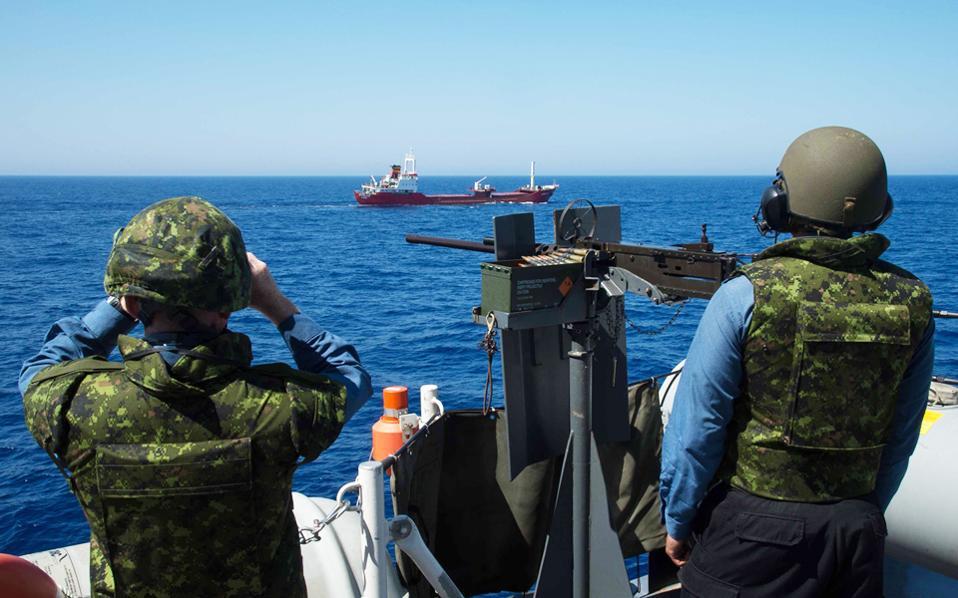 Η καναδική φρεγάτα «Σάρλοταουν» σε πρόσφατη επιχείρηση στη Μεσόγειο. Σήμερα, το ελληνικό ΥΠΕΞ αναμένεται να ανανεώσει για τρεις μήνες τις διπλωματικές άδειες, ώστε να μπορούν τα πλοία της νατοϊκής δύναμης SNMG-2 να πλέουν σε όλο το μήκος του Ανατολικού Αιγαίου.