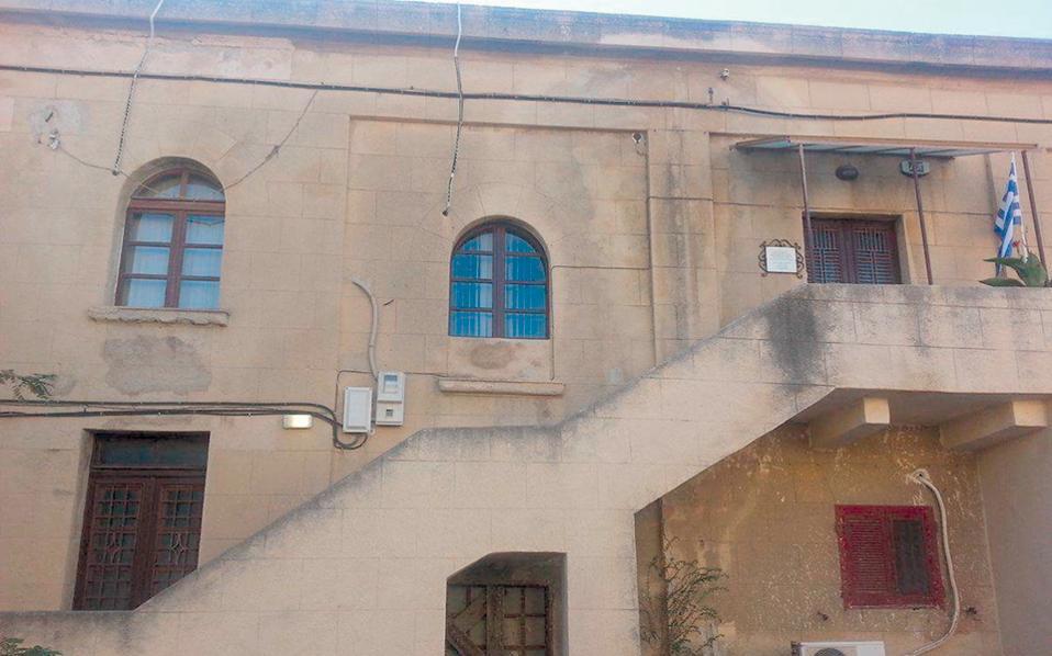 To κτίριο όπου στεγάζεται το κτηματολογικό γραφείο Ρόδου. Αυτοδιοίκηση, τεχνικοί και νομικοί φορείς ζητούν από το υπουργείο Δικαιοσύνης να παρέμβει για την ομαλοποίηση της λειτουργίας.