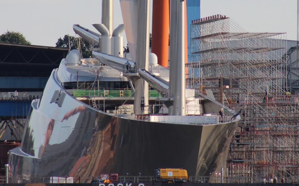 Έτοιμο για βόλτα. Σχεδόν ολοκληρωμένο είναι το «Sailing Yacht A» του μεγιστάνα  Andrey Melnichenko (να υπενθυμίσουμε ότι το άλλο του σκάφος «Motor Yacht A» είναι αγκυροβολημένο στον Τάμεση δίπλα από το πολεμικό HMS Belfast) που ναυπηγείται στο Kiel της Γερμανίας. Μάλιστα, το ιστιοφόρο των 140 μέτρων θα κάνει την πρώτη του δοκιμαστική πλεύση τις επόμενες ημέρες. EPA/MATTHIAS HOENIG