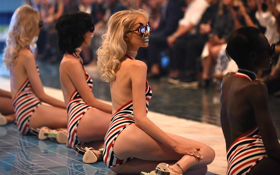 Γοργόνες. Γυαλιά σε σχήμα ψαριού και ριγέ μαγιό παρουσίασε ο Thom Browne, στο πλαίσιο της Εβδομάδας μόδας της Νέας Υόρκης. (AP Photo/Diane Bondareff)