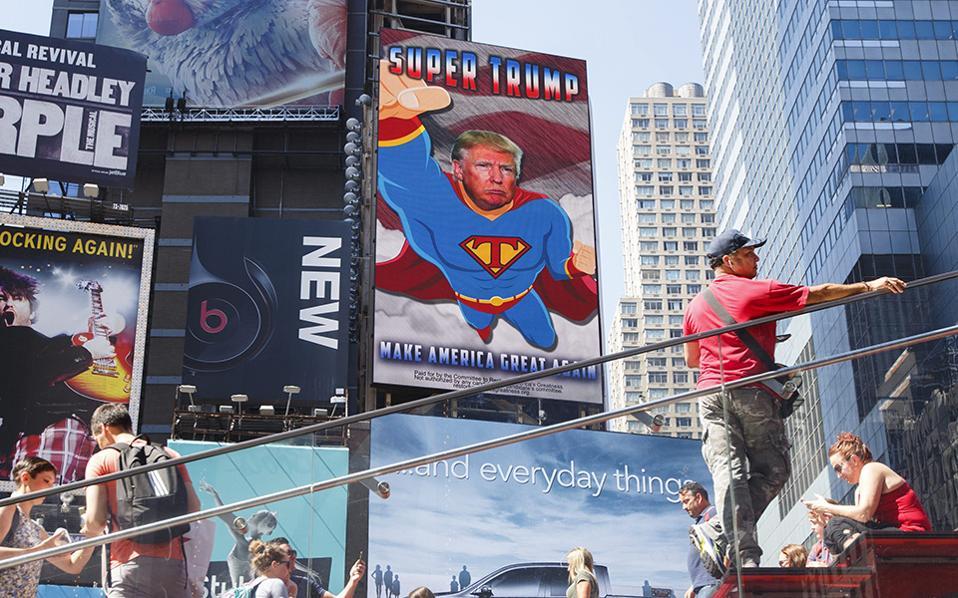 Θεάματα. Ανάμεσα στις τεράστιες διαφημίσεις ρούχων και θεάτρων προβάλλεται και η διαφήμιση του Donald Trump ως Superman. To σποτάκι του «Super Trump» θα το απολαμβάνουν οι περαστικοί  στην Times Square της Νέας Υόρκης μέχρι τις 16 Σεπτεμβρίου. EPA/JUSTIN LANE