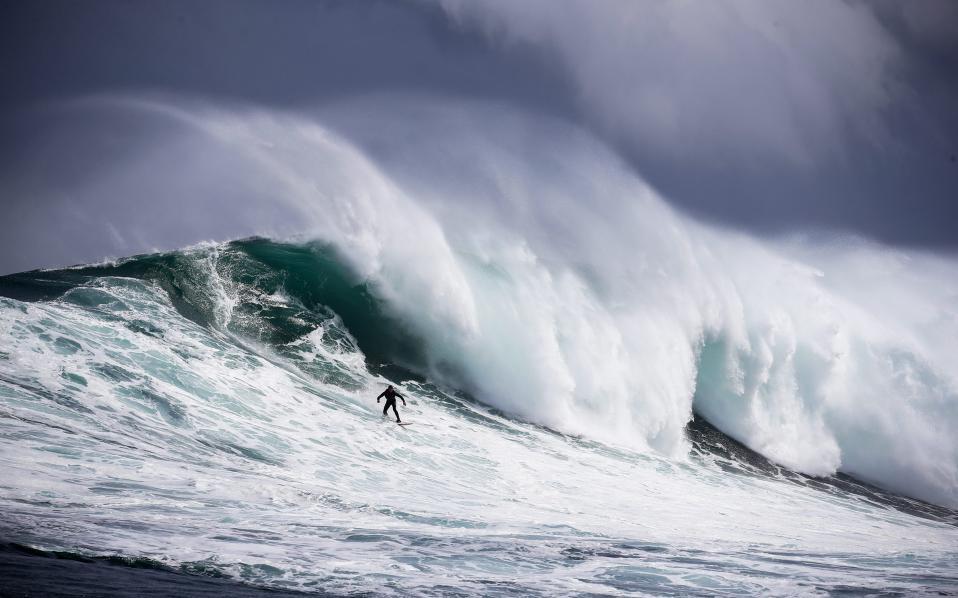 Κύματα και κύματα. Η σεζόν για τα τεράστια κύματα βρίσκεται στο αποκορύφωμά της στην Νότιο Αμερική. Τεράστιες μάζες νερού σκάνε με δύναμη στους υφάλους του ακρωτηρίου φτιάχνοντας τις καλύτερες και ωραιότερες υδάτινες πλατφόρμες για τους σέρφερ. Αυτήν την περίοδο διεξάγονται στην περιοχή  οι αγώνες σέρφ: Striped Horse Challenge και  Rebel Sessions μόνο για τους πολύ τολμηρούς.  EPA/NIC BOTHMA