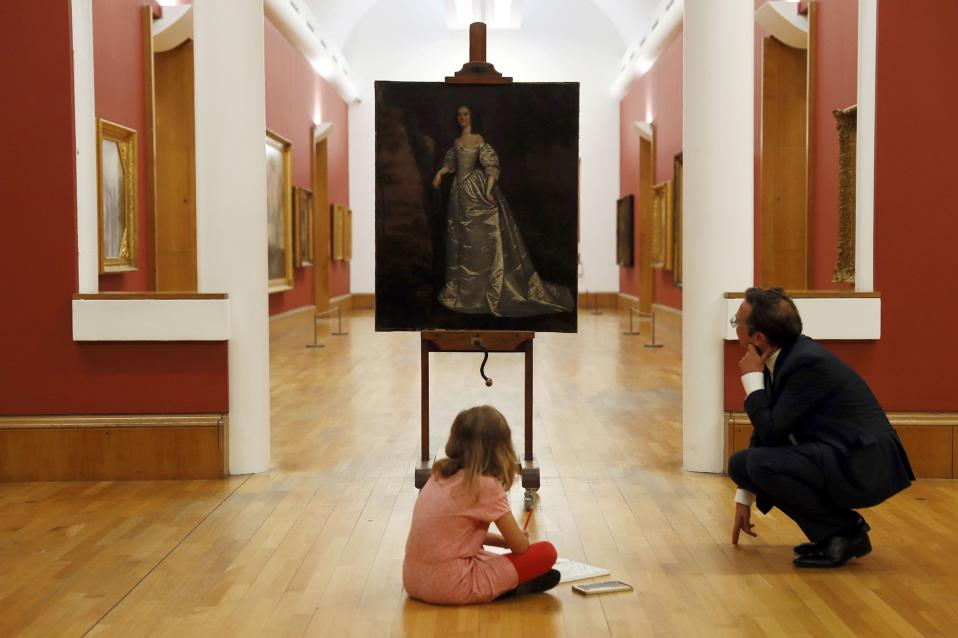 Βάζοντας τις γυναίκες στην θέση τους. Δυο σημαντικότατους θεατές, την οκτάχρονη Stella και τον Alex Farquharson διευθυντή της  Tate Britain  έχει το έργο «Portrait of an Unknown Lady» που οι πάντες νόμιζαν ότι έχει φιλοτεχνηθεί από κάποιο άνδρα και είχε πουληθεί σε δημοπρασία γνωστού οίκου το 2014. Σήμερα όμως είναι πια γνωστό ότι το έργο ανήκει στην  Joan Carlile, μια γυναίκα που πριν από 360 χρόνια προσπάθησε να χαράξει τον δικό της δρόμο στην ζωγραφική, και ελάχιστα έργα της έχουν καταγραφεί ή σωθεί μέχρι τώρα. REUTERS/Stefan Wermuth