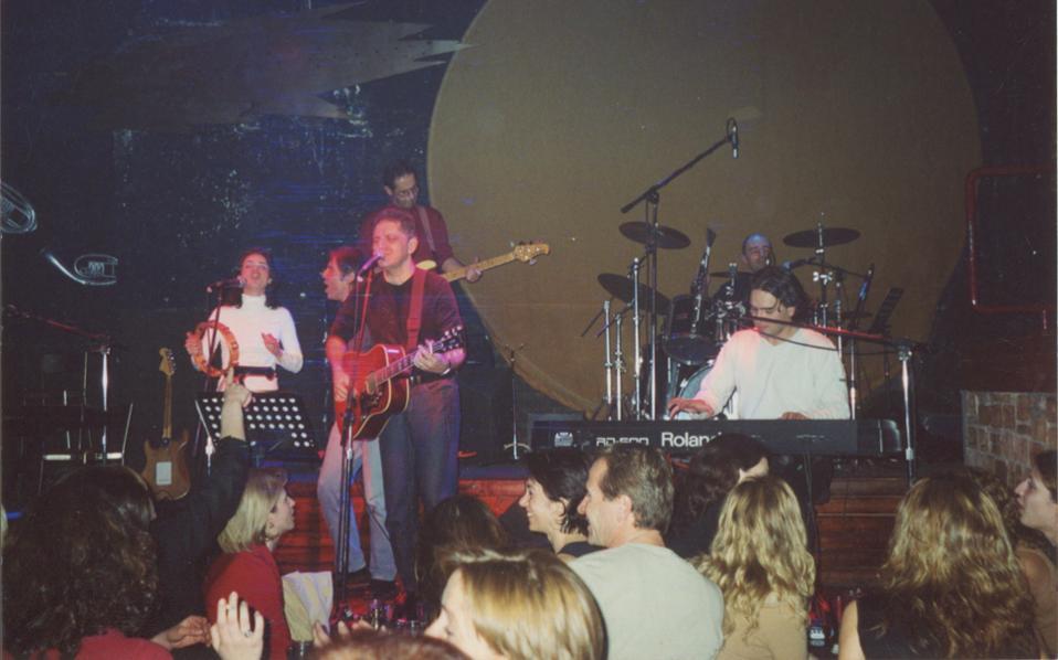 Ο Νίκος Πορτοκάλογλου, σχεδόν είκοσι χρόνια πριν, σε ένα ιδιαίτερο λάιβ.