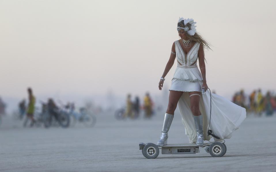 Burning Man. Με μια τεράστια φωτιά, όπως πάντα, έκλεισε το μεγαλύτερο εναλλακτικό φεστιβάλ των ΗΠΑ και ίσως της υφηλίου. Φέτος 70.000 άθρωποι από όλο τον κόσμο βρέθηκαν στην έρημο Black Rock της Νεβάδα  για να συμμετάσχουν σε κάθε είδους καλλιτεχνικές και όχι μόνο εκδηλώσεις και φυσικά να ακούσουν μουσική. Ανάμεσα στους πολλούς και η κυρία με το ηλεκτρικό της σκούτερ. (Chase Stevens/Las Vegas Review-Journal via AP)