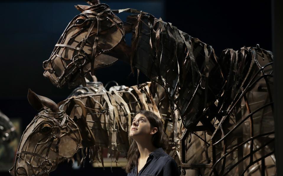 Στο σφυρί για την τέχνη. Τα δυο άλογα- μαριονέτες που συμμετείχαν στο έργο «War Horse» θα δημοπρατηθούν από τον οίκο Bonhams. Η δημοπρασία θα γίνει στις 13 Σεπτεμβρίου στο Λονδίνο  και χωρίς αρχικό ποσό, καθώς όλα τα έσοδα από την πώληση θα πάνε στο Handspring Trust, έναν μη κερδοσκοπικό οργανισμό με σκοπό την ανάδειξη της τέχνης της μαριονέτας. (AP Photo/Kirsty Wigglesworth)