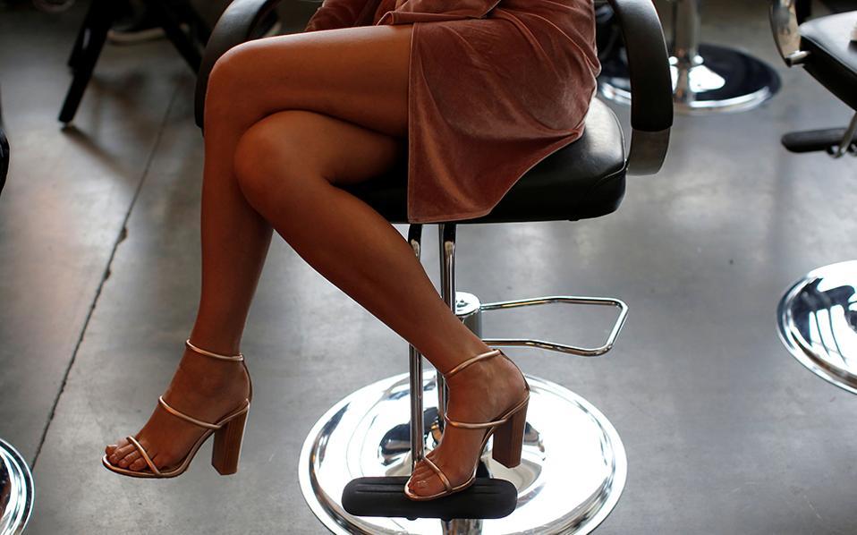 Κομψά βήματα. Με τα καλλίγραμμα πόδια σταυρωμένα ένα μοντέλο περιμένει τους μακιγιέρ να ολοκληρώσουν την δουλειά τους. Ξεκίνησε η εβδομάδα μόδας στην Νέα Υόρκη.  REUTERS/Andrew Kelly