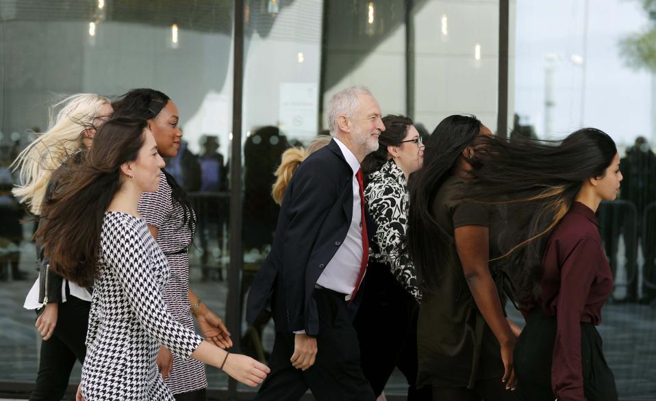 Σαμπουάν. Συνοδεία νεαρών γυναικών, ο ηγέτης του Εργατικού Κόμματος της Βρετανίας Jeremy Corbyn, κατευθύνεται προς το συνεδριακό κέντρο για να εκφωνήσει την ομιλία του που  θα κλείσει το συνέδριο του κόμματος στο Λίβερπουλ. REUTERS/Darren Sta